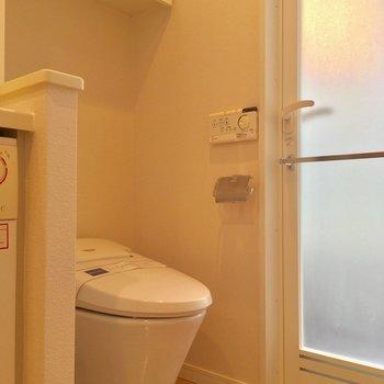 トイレもコチラに!ウォシュレット付き◎ ※写真は2階の反転間取りのお部屋です。
