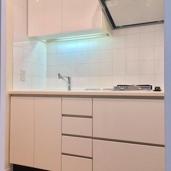 キッチンは引き戸の奥です。左手に冷蔵庫を置くスペースもありました! ※写真は2階の反転間取りのお部屋です。