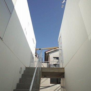 階段も可愛い! ※写真は2階の似た間取り別部屋です。