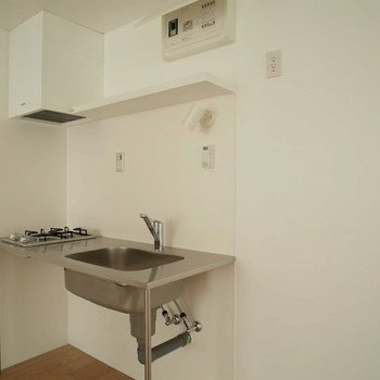 キッチンはコンパクト! ※写真は2階の似た間取り別部屋です。
