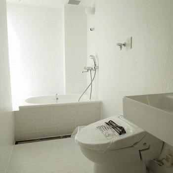 バストイレ明るくて綺麗!! ※写真は2階の似た間取り別部屋です。