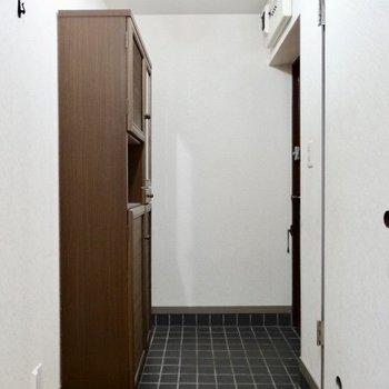 玄関は備え付けの収納が存在感あります(※写真は清掃前のものです)
