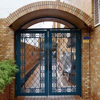 門扉が格式高さを感じさせます