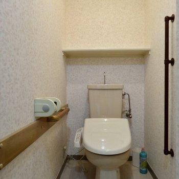 トイレはちょっとした棚が嬉しい(※写真は清掃前のものです)