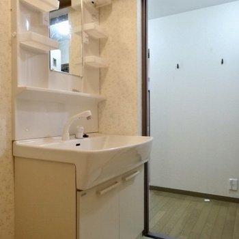 洗面台はシンプルに使いやすく(※写真は清掃前のものです)