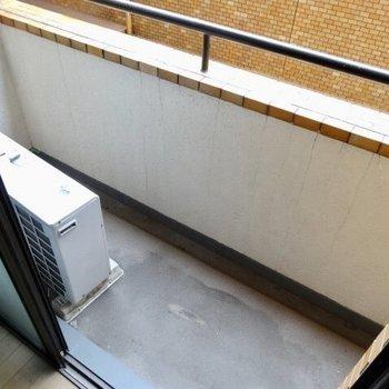 こちらのバルコニーは省スペース(※写真は清掃前のものです)