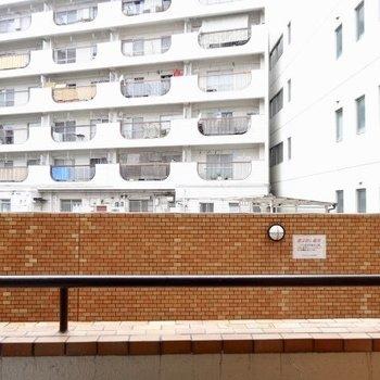 1階なので住人の方と目が合うことも(※写真は清掃前のものです)