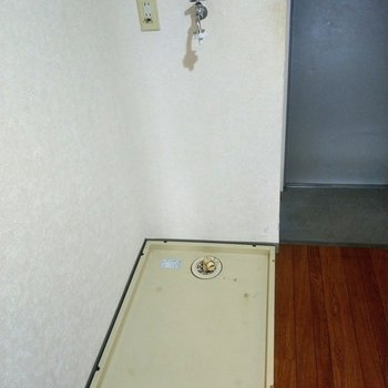 玄関横に洗濯機。帰ってそのまま洗濯物をぽい!