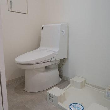 トイレと洗濯機置場は区切りがない開放感タイプ写真は1階の同間取り別部屋