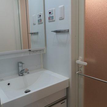 独立洗面台も広めですね写真は1階の同間取り別部屋