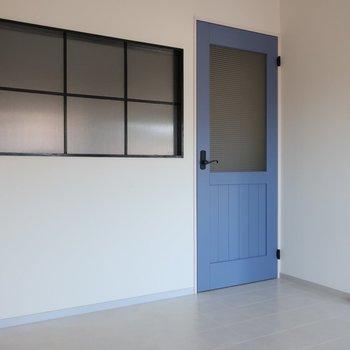 このブルーのドアやオシャレな窓に釘付け♡