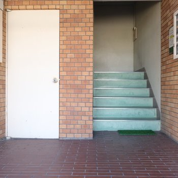 共用部はレトロ。お部屋までは階段ですよ〜。