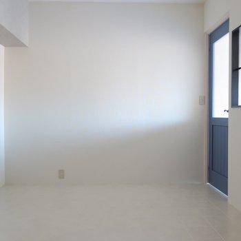洋室はシンプルな装いだからこのブルーのドアがさらに引き立つの◯