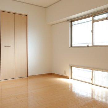 こちらは玄関入って右手の洋室です。明るさもバッチリ!