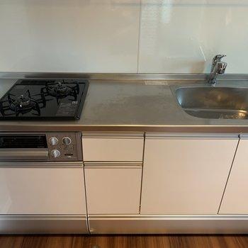 【DK】キッチンはゆったりサイズのシステムキッチン。