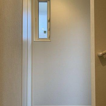 玄関へ戻ってきました。右奥が玄関ドア。左の扉は……