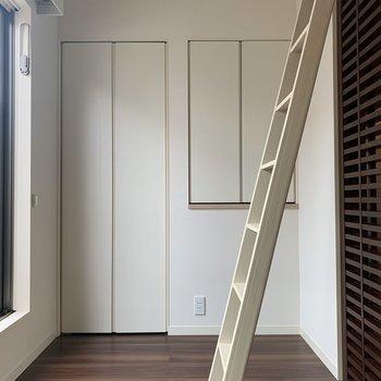 【洋室】ロフトも忘れず見てゆきましょうね。ずっしりした梯子は、お部屋の真ん中にきます。