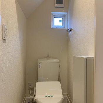 土間の左側にトイレ。床のお掃除が楽そうです。
