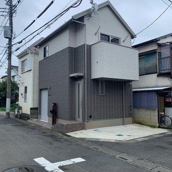 住宅街の中にあるこちらの建物。戸建ての見た目です。