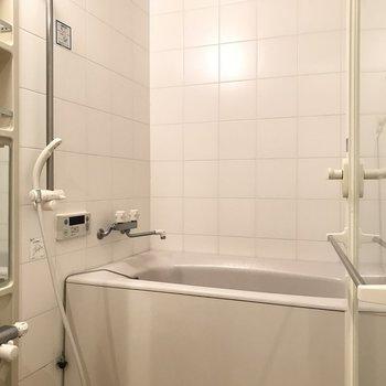 お風呂には浴室乾燥機ついてます。憧れのガラス張りです。