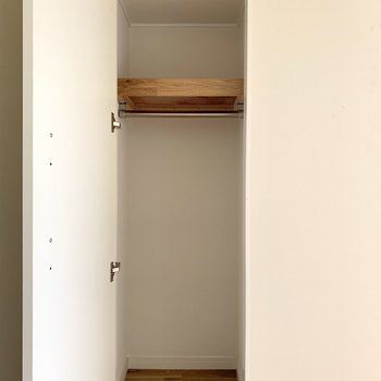 寝室にも小さな収納が!
