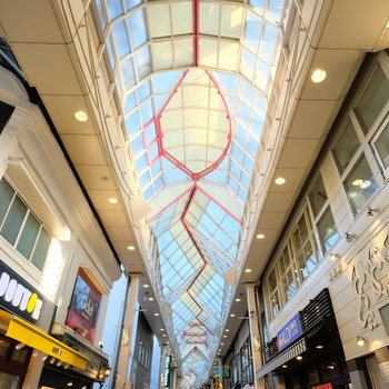 お部屋を出てすぐそこの商店街!天井も素敵!