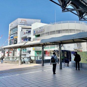 駅前は商業施設があり賑わっていました。