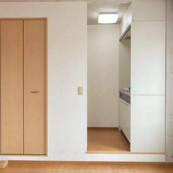反対側にはクローゼットとキッチンが。