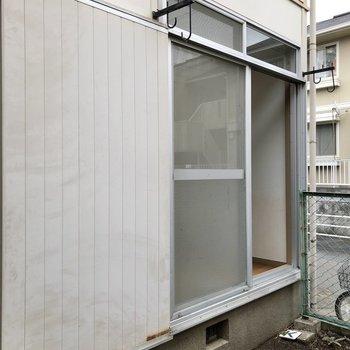 窓には物干し竿掛けとスライドシャッターが付いています