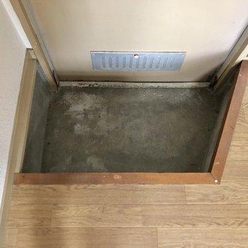 玄関スペースは1段下がったところにあります