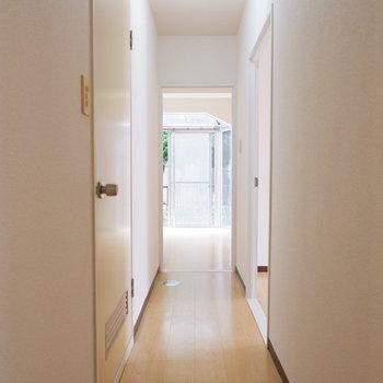 廊下から各部屋へ移動可能です。