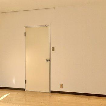【洋室6.3帖】シンプルな空間なので、ファブリックで彩りを加えたいですね