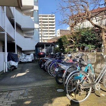 駐輪場とバイク置き場