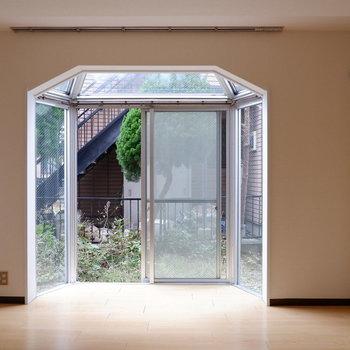 【6.3帖洋室】窓の形が特徴的!