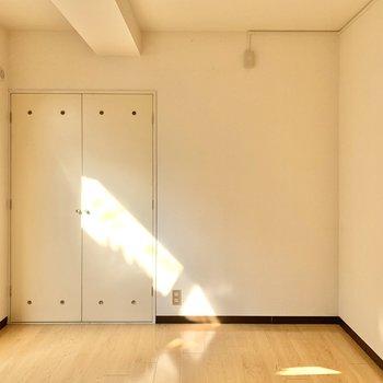 【洋室6.3帖】セミダブルベッドを置いてもスペースに余裕があります