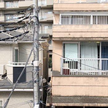 向かい側のマンションが見えます