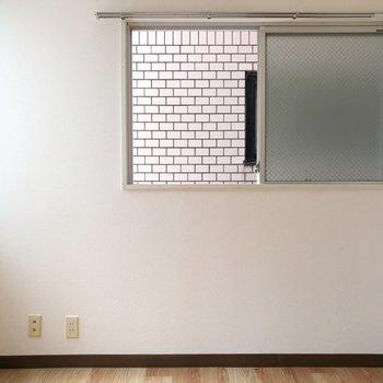 腰高窓の下にテレビを置けそう