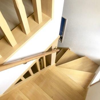 どっしりとした階段。手すりがあるから掴まってね