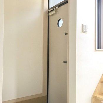 玄関はコンパクトに。2重ロックになっています