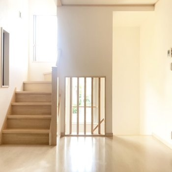 続いて2階。階段の窓から優しい日差しが入ってきます