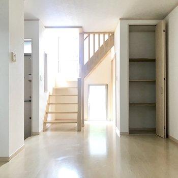 玄関から入るとすぐリビング。1階はちょっと暗めかな。
