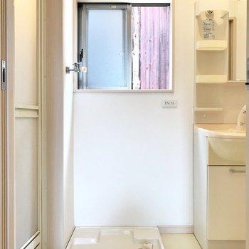 脱衣所は2階に。小窓の先は壁だけど風通しはよかったです!