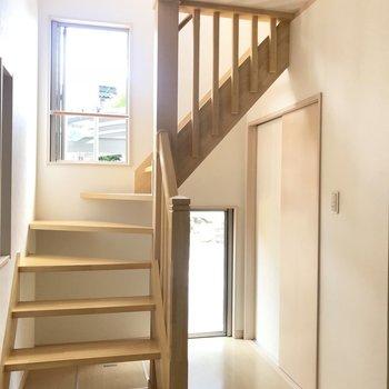 奥の扉の先はトイレなんです。階段下には床収納もありますよ!