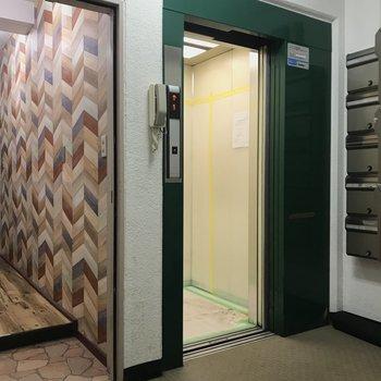 エレベーターの横にはコインランドリー