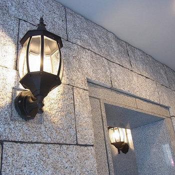 エントランスのランプが可愛い※写真は6階の似た間取りのお部屋
