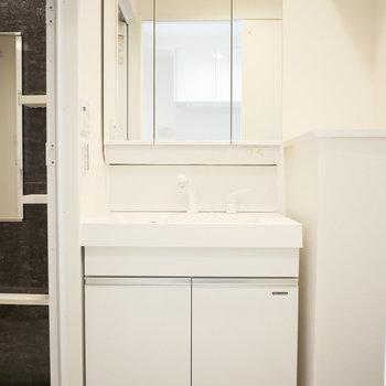 独立洗面台が幅広めでいいですね♪(※写真は9階の同間取り別部屋のものです)