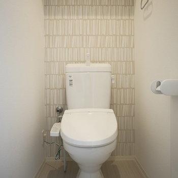 トイレのクロスが優しい雰囲気(※写真は9階の同間取り別部屋のものです)