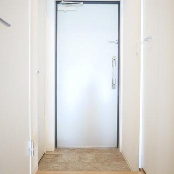 玄関の両脇に収納あります!(※写真は9階の同間取り別部屋のものです)