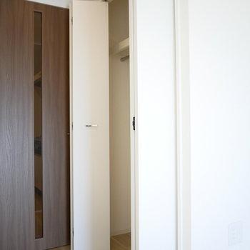 キッチンと洋室の真ん中にクローゼットがあります(※写真は9階の同間取り別部屋のものです)