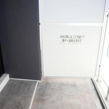 ベランダは奥行きはあるけどやや狭いです(※写真は9階の同間取り別部屋のものです)